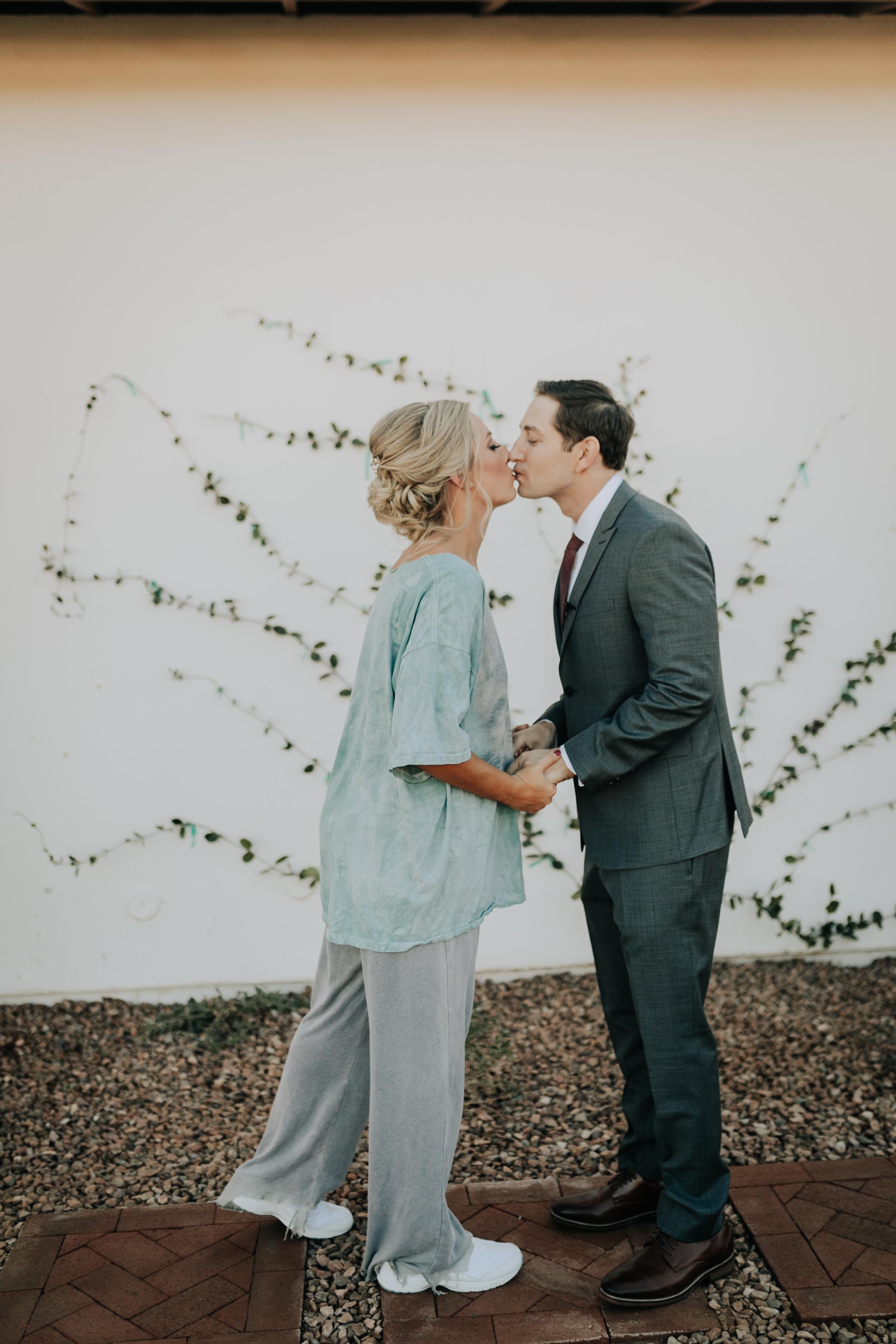 funny wedding photo kiss