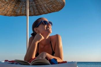 woman wearing sunglasses at the beah