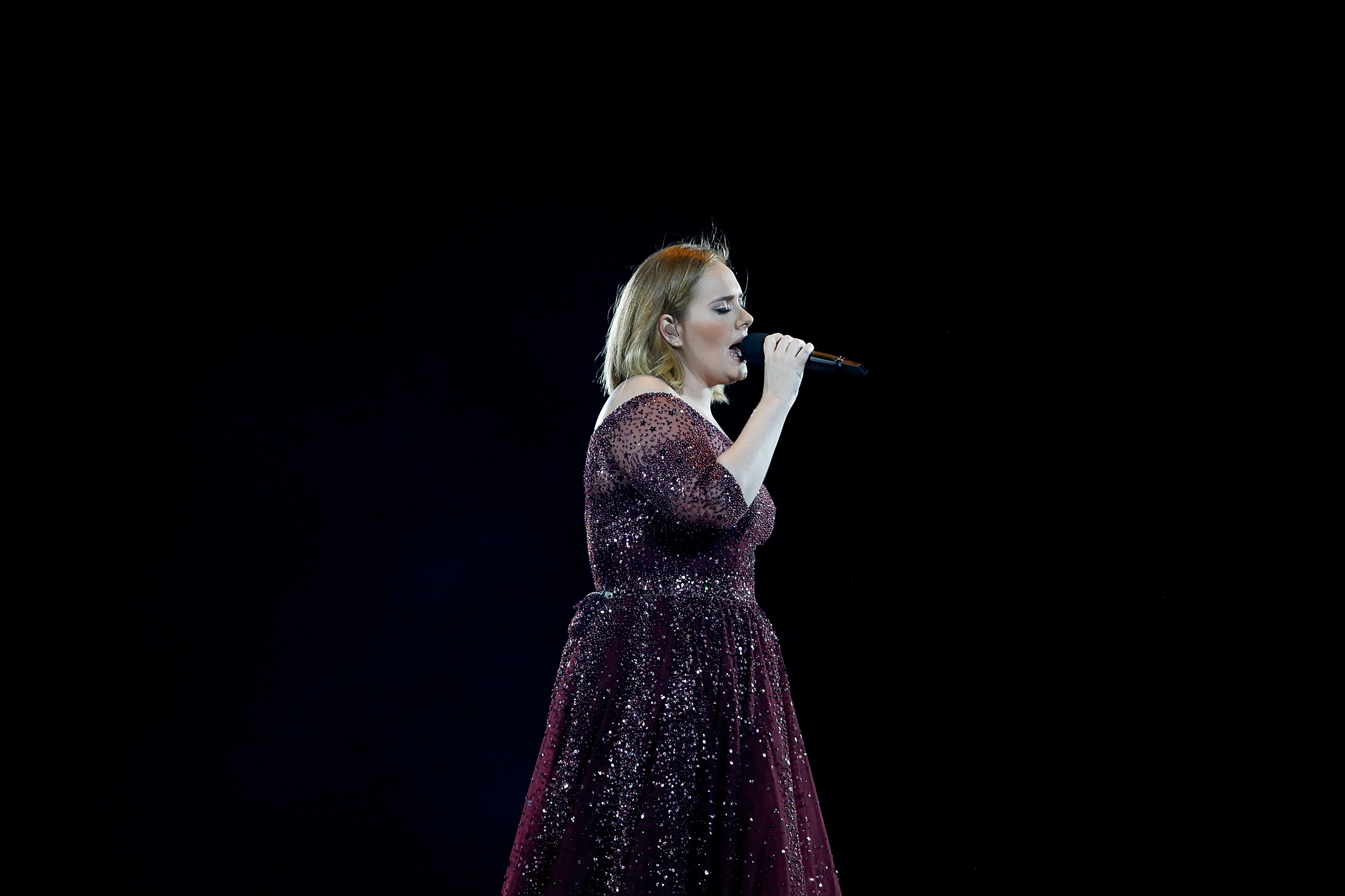 Adele-Singing-In-Concert